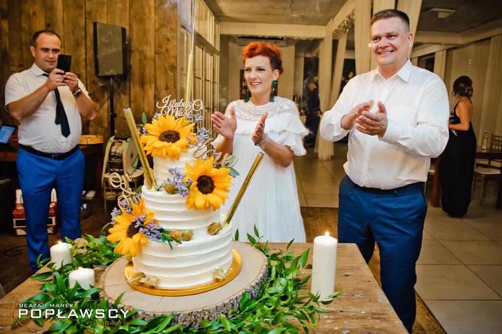 tort weselny,fotografia ślubna, fotograf ślubny, zdjęcia ślubne, stajnia Sowlany, Białystok